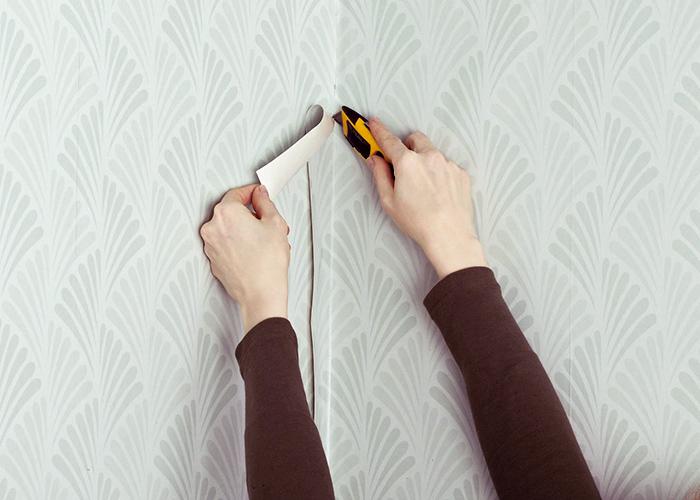 Для удаления лишних обоев используется канцелярский или строительный нож