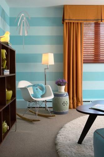 Оранжевые шторы в комнате с голубыми обоями