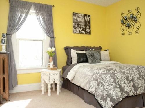 Серые шторы с желтыми обоями
